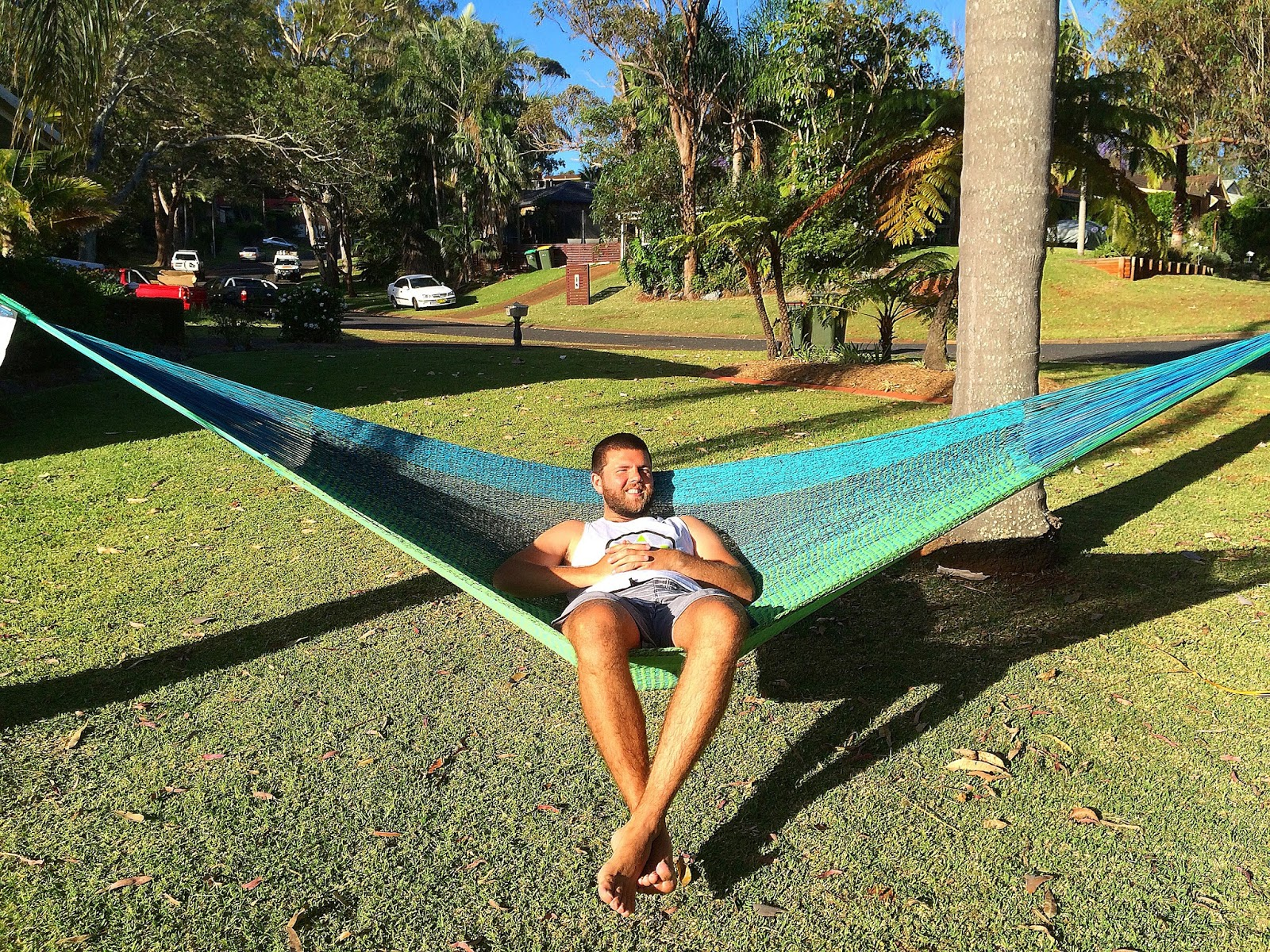 male relaxing in west coast hammocks     west coast hammocks  the ultimate in luxury hammocks   the aussie      rh   theaussieflashpacker